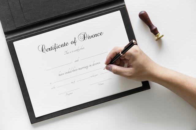 Pomocna dłoń adwokata – jak wybrać specjalistę?