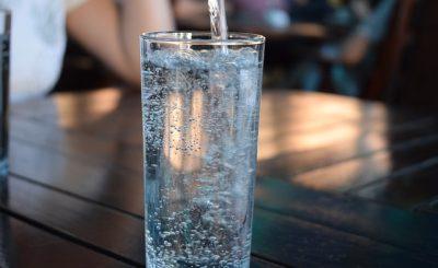Szklanka wody mineralnej Żywiec Zdrój